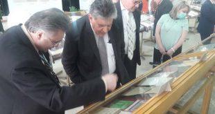 سعادة السفير غسان نصير في زيارة إلى معرض الدوريات القديمة